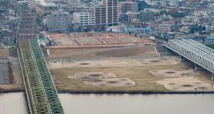 奥が北小岩1丁目のスーパー堤防地。手前は、川幅より広い河川敷が広がる。3/20渡邉拓美さん撮影。